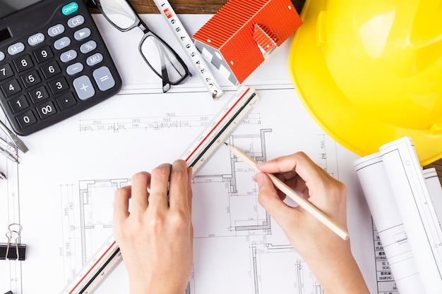 Planejamento de construção com desenhos e acessórios de construção, projetos de construção em papel.