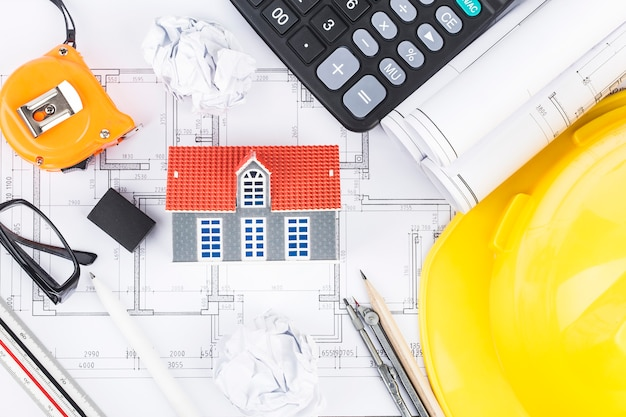 Planejamento de construção com desenhos e acessórios de construção