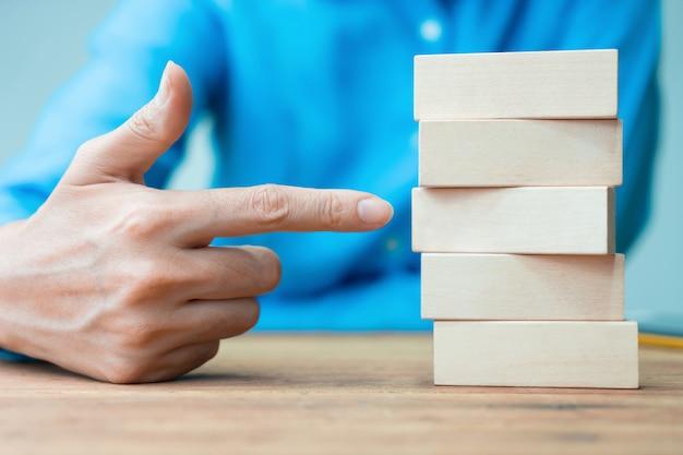 Planejamento de empresária e bloco de madeira