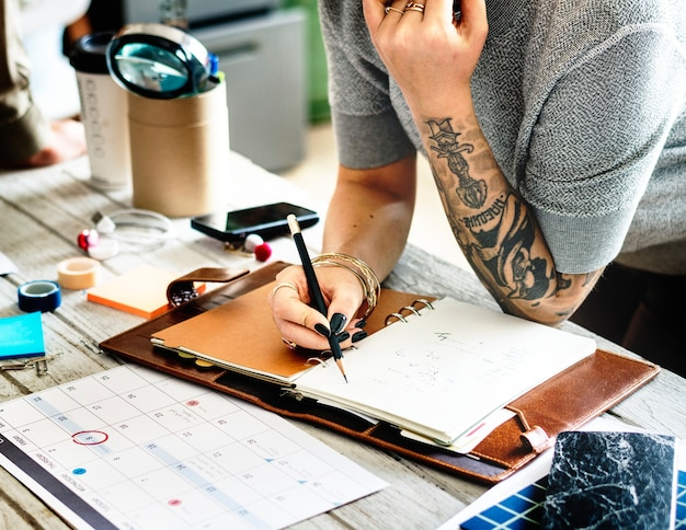 Planejamento de mulher tatuada