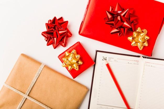 Planejamento de natal com presentes festivos