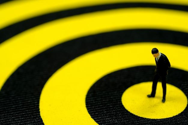 Planejamento de negócios: empresário pensando em plano de objetivo no alvo.
