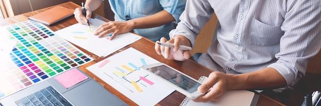 Planejamento de reunião de trabalho em equipe de designer de interface do usuário criativa projetando o desenvolvimento de aplicativos de layout de estrutura de arame