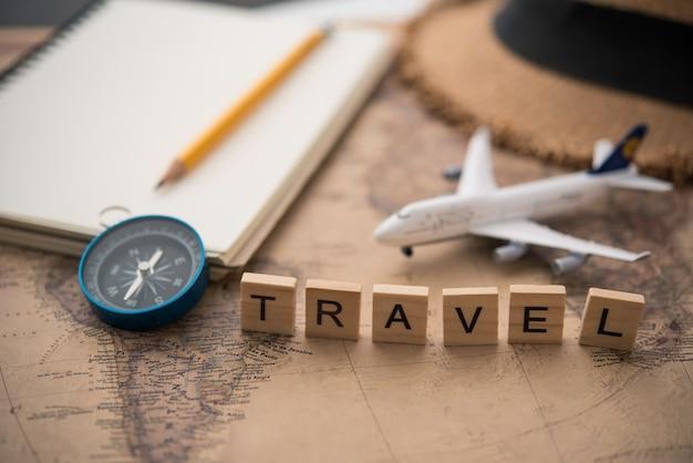 Planejamento de turismo e equipamentos necessários para a viagem e a palavra