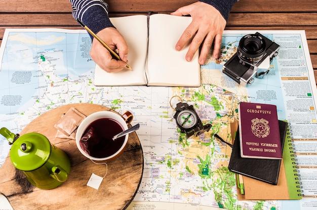 Planejamento de viagens. homem, escrita, ligado, bloco, notas