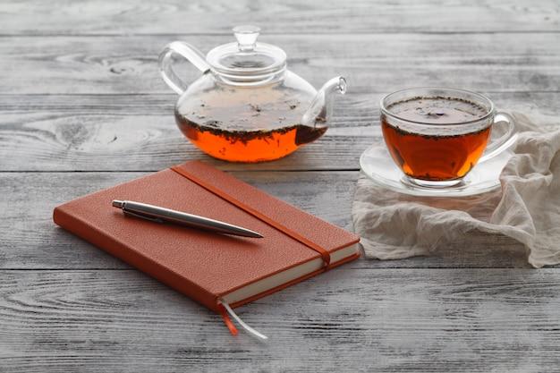 Planejamento do dia com uma xícara de chá
