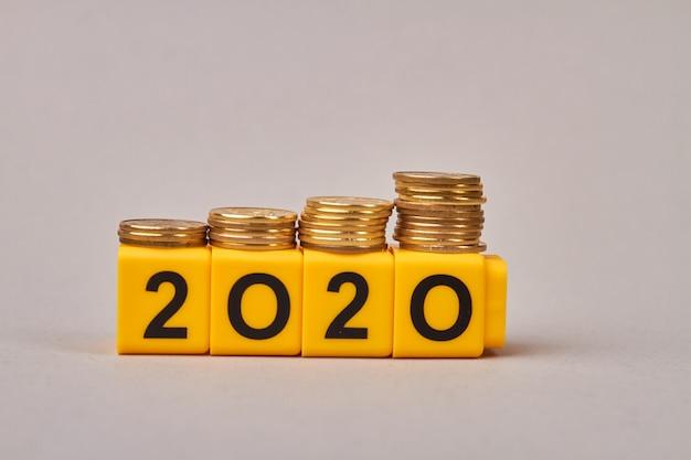 Planejamento orçamentário para 2020 com blocos de madeira isolados
