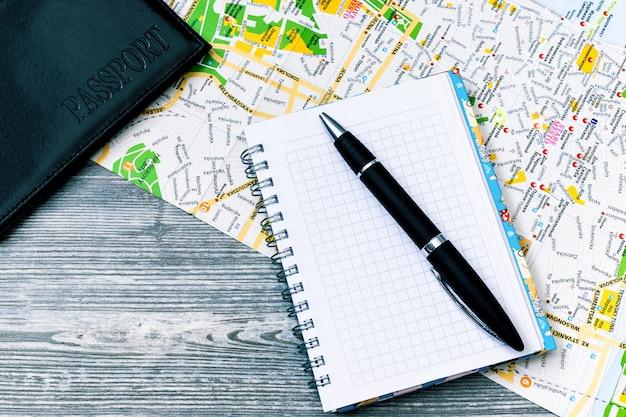 Planejando férias com acessórios de viagem ao redor.