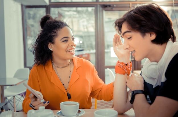 Planejando fins de semana. amigos que planejam uma viagem enquanto estão sentados em um café