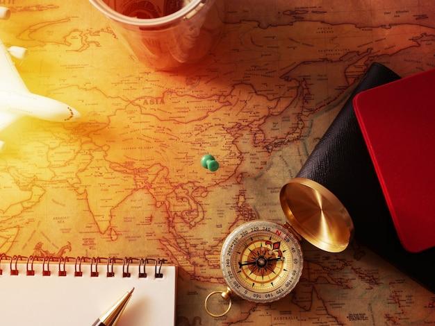 Planejando o conceito de viagem, acessórios de viagem.sticky no mapa passaportes, bagagem, bússola e modelo de avião, o custo dos mapas de viagem preparados para a viagem com cópia espaço no tom vintage do centro