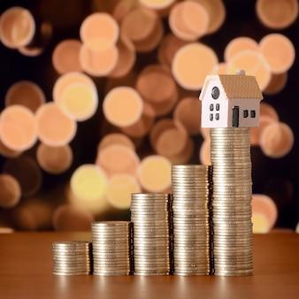 Planejando poupanças de moedas para comprar um conceito de casa