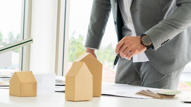 Planeje a arquitetura de desenho com o modelo de construção conceitual e o material sobre a mesa.