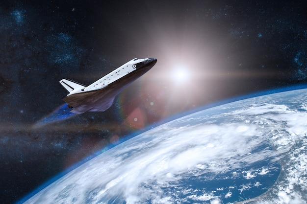 Planeta terra azul com o ônibus espacial decolando em uma missão