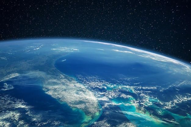 Planeta terra azul com oceano e continentes em um espaço aberto no céu estrelado