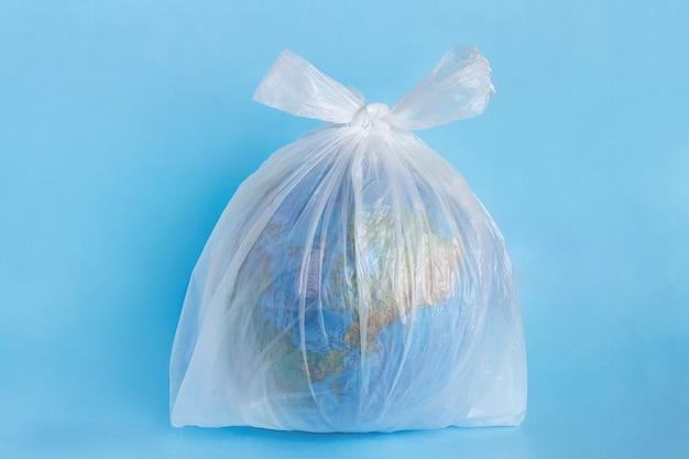 Planeta terra em saco descartável de polietileno