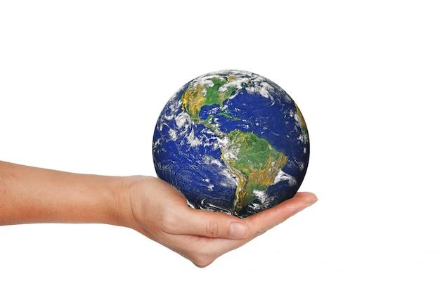 Planeta terra na mão feminina, isolado no branco