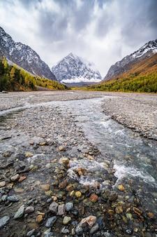 Planície de inundação da bacia montanhosa de aktru no outono monte karatash cordilheira norte chuysky altai