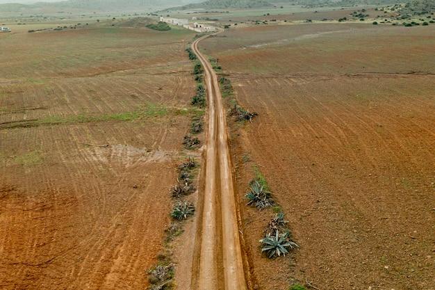 Planície seca com estrada tomada por drone
