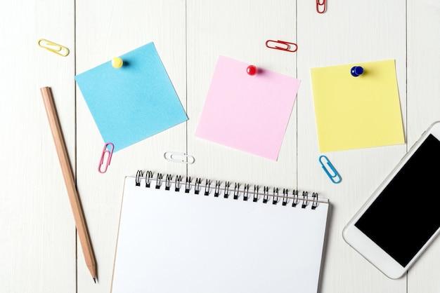 Planilha com mesa de escritório com um monte de coisas sobre ele. vista superior com espaço de cópia.