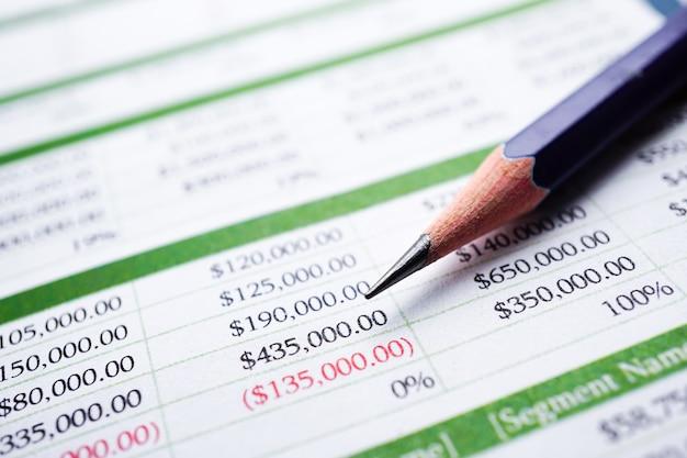 Planilha de papel de mesa finanças desenvolvimento, conta, estatísticas de investimento analítico.