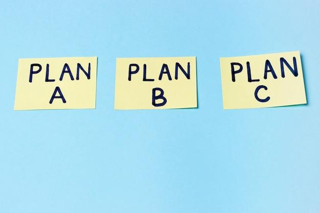 Plano a, plano b, plano c em adesivos de escritório multicoloridos