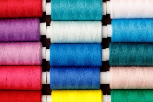 Plano aproximado de fundo colorido de bobinas de linha