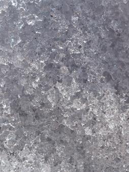 Plano aproximado de fundo vertical de cristais de neve derretendo