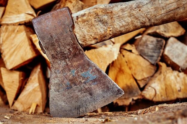 Plano aproximado de machado contra fundo de lenha