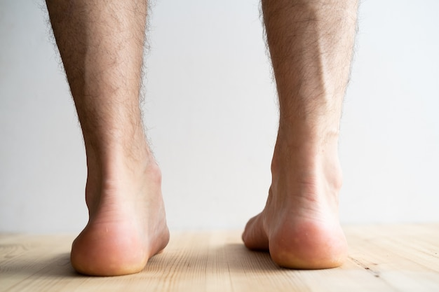 Plano aproximado de pernas chatas masculinas