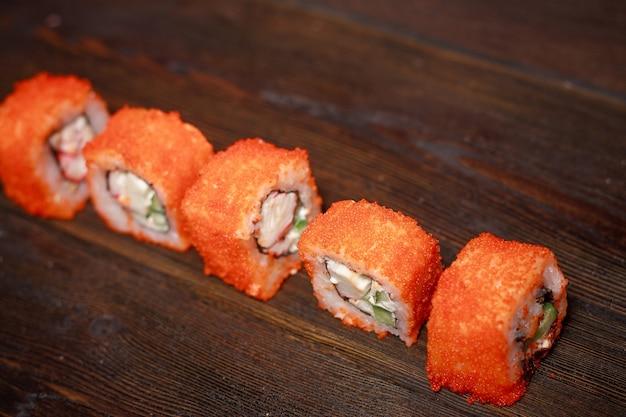 Plano aproximado de sushi de comida asiática em linha