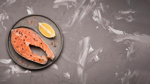 Plano colocar bife de salmão cru na bandeja com espaço de cópia