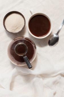 Plano colocar café preto em copo com açúcar