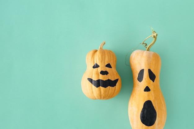 Plano colocar duas cara assustadora engraçada abóboras de halloween outono outono halloween vista superior mínima