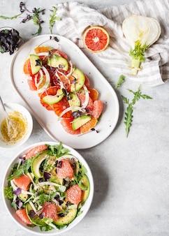 Plano colocar várias saladas de erva-doce com cítricos em cima da mesa