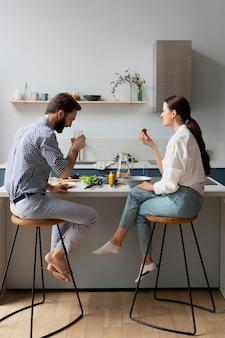 Plano completo de pessoas comendo juntas