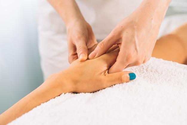 Plano corto de un masaje fisioterapeutico en la mano en una clinica