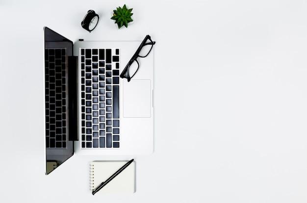 Plano criativo colocar foto do moderno local de trabalho com laptop, vista superior laptop fundo e cópia espaço no fundo branco,