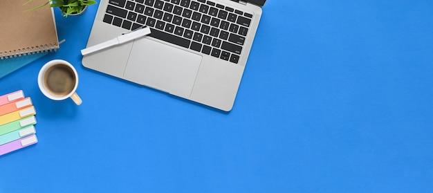 Plano criativo colocar mesa de trabalho azul com equipamento de escritório, colocando sobre ele.