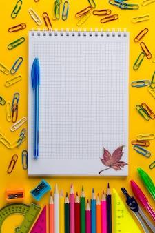 Plano criativo deitar de volta ao conceito de escola com o bloco de notas, com espaço de cópia