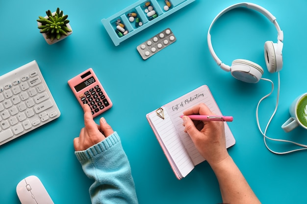 Plano criativo leigos com notebook nas mãos para escrever os custos da medicação.