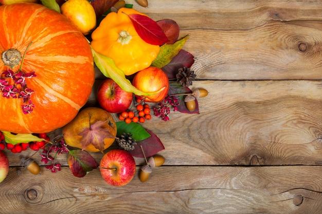 Plano de ação de graças com abóbora, abóbora amarela, maçãs, folhas, copie o espaço.