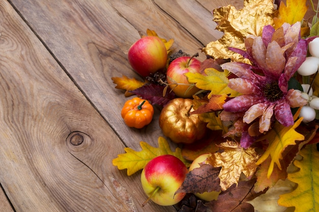 Plano de ação de graças com folhas douradas de abóbora e carvalho, copie o espaço