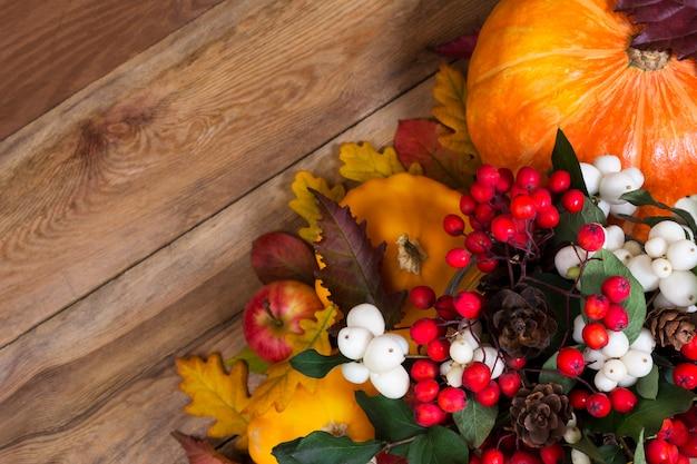 Plano de ação de graças com ghostberry, rowan, abóbora,
