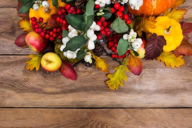 Plano de ação de graças com rowan, maçãs, abóbora amarela, folhas de carvalho, copie o espaço