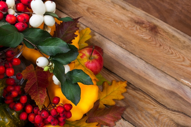 Plano de ação de graças com snowberry, rowan, folhas de outono