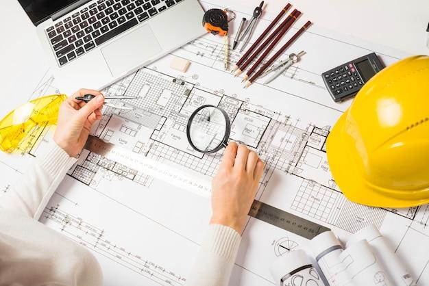 Plano de arquiteto com lupa