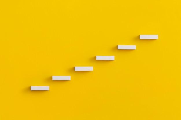 Plano de carreira de escada para o conceito de processo de sucesso de crescimento empresarial.
