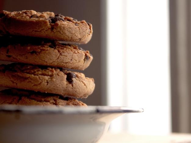 Plano de cerca de biscoitos rústicos ao lado da janela