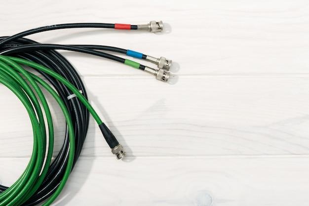 Plano de comunicação. pro cabos de vídeo na mesa de madeira branca. copie o espaço