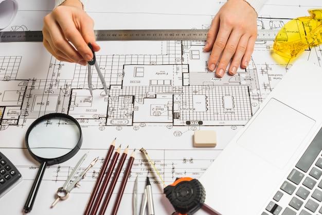 Plano de desenho de arquiteto irreconhecível